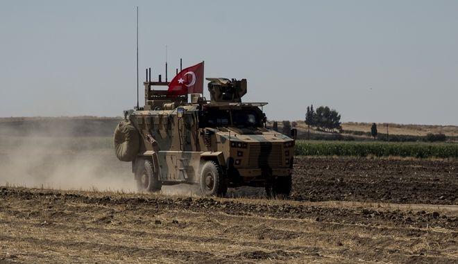 Όχημα των τουρκικών ενόπλων δυνάμεων στα σύνορα με τη Συρία