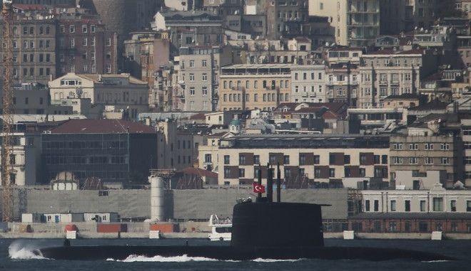 Υποβρύχιο του τουρκικού ναυτικού περνάει τον Βόσπορο