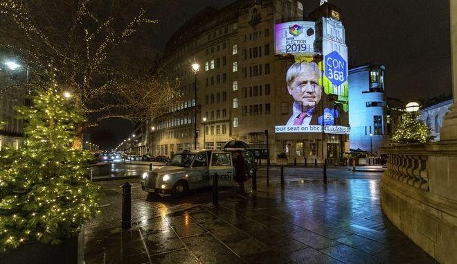 Το αποτέλεσμα του Exit Poll προβάλλεται στο εξωτερικό του κτιρίου του BBC