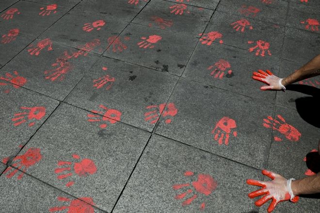 Κόκκινη μπογιά που συμβολίζει το αίμα των νεκρών διαδηλωτών, Σαντιάγο, Χιλή