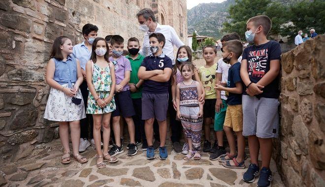 Ο πρωθυπουργός Κυριάκος Μητσοτάκης περιτριγυρισμένος από παιδιά στη Μεσσηνία