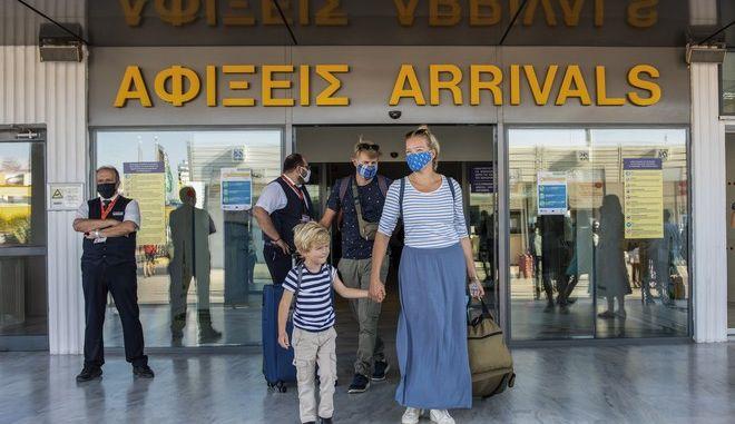 Αφίξεις τουριστών στο αεροδρόμιο Ηρακλείου.