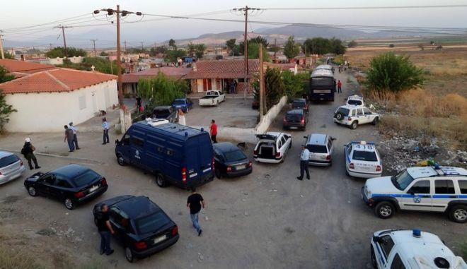 Επιχείρηση της αστυνομίας σε καταυλισμό τσιγγάνων στη Θήβα την Τρίτη 20 Αυγούστου 2013.Στην επιχείρηση συμμετείχαν συνολικά σαράντα επτά (47) αστυνομικοί με δεκαεπτά (17) οχήματα από διάφορες υπηρεσίες των Αστυνομικών Διευθύνσεων Βοιωτίας, Εύβοιας, Φθιώτιδας, δύο (2) Διμοιρίες Αποκατάστασης Τάξης του Νομού Αττικής με ανάλογη δύναμη, καθώς και δύο (2) σκύλοι ανίχνευσης ναρκωτικών, ενώ οι έρευνες πραγματοποιήθηκαν παρουσία Δικαστικού Λειτουργού. Ελέγχθηκαν πεντακόσια εξήντα έξι (566) άτομα και εβδομήντα οκτώ (78) οχήματα. Προσήχθησαν εκατόν δύο (102) άτομα και συνελήφθησαν δέκα επτά (17) άτομα, για διάφορα αδικήματα της ποινικής νομοθεσίας. (ΓΡΑΦΕΙΟ ΤΥΠΟΥ ΕΛΛΑΣ/ΥΠΟΥΡΓΕΙΟΥ ΔΗΜ.ΤΑΞΕΩΣ)