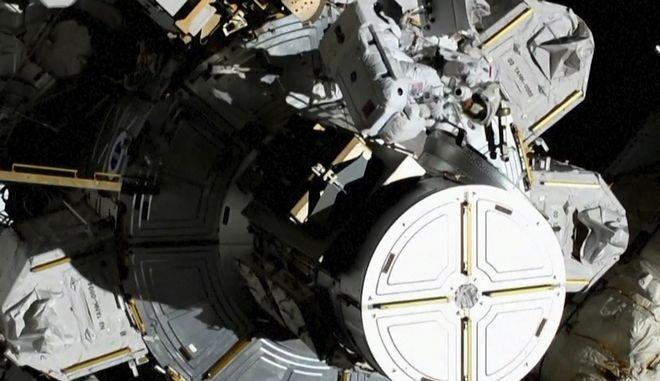 Οι δύο γυναίκες αστροναύτισσες κατά την ιστορική έξοδο στο διάστημα