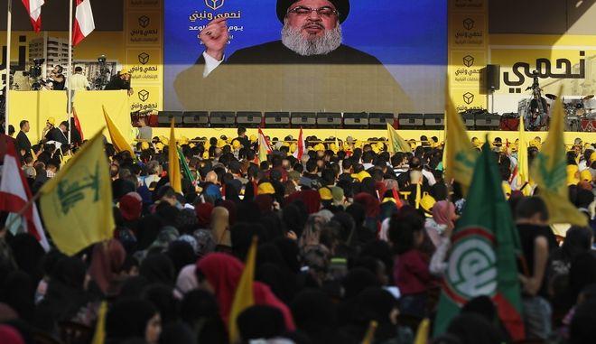 Ο ηγέτης του σιιτικού κινήματος Χεζμπολάχ, Χασάν Νασράλα στο βάθος της οθόνης, στις εκλογές του Λιβάνου