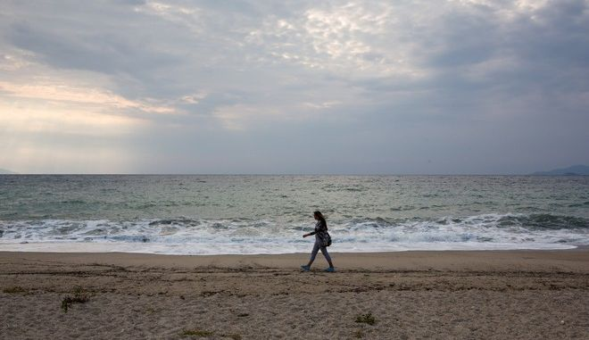 Morning stroll at the beach in Nea Vrasna, Thessaloniki, Greece on August 29, 2014. /       ,   29  2014.