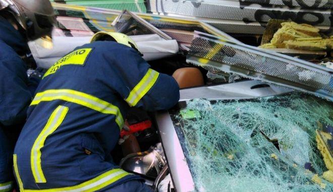 Νάουσα: ΙΧ καρφώθηκε πίσω από φορτηγό - Εγκλωβίστηκε ο οδηγός