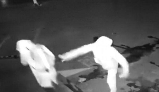 Ο ηλίθιος και ο πανηλίθιος: Κλέφτης εξουδετερώνει κλέφτη με ένα... τούβλο