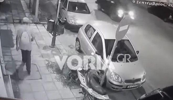 Η στιγμή που δύο άγνωστοι κλέβουν το σακίδιο του 61χρονου άντρα στη Θεσσαλονίκη