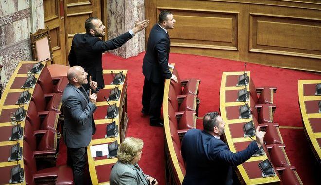 Βουλευτές της ΧΑ στη συζήτηση στην Ολομέλεια της Βουλής για τη διεκδίκηση των γερμανικών οφειλών