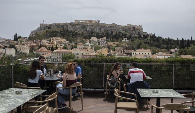 Στιγμιότυπο από καφέ-ταράτσα στο Μοναστηράκι μετά το άνοιγμα της εστίασης
