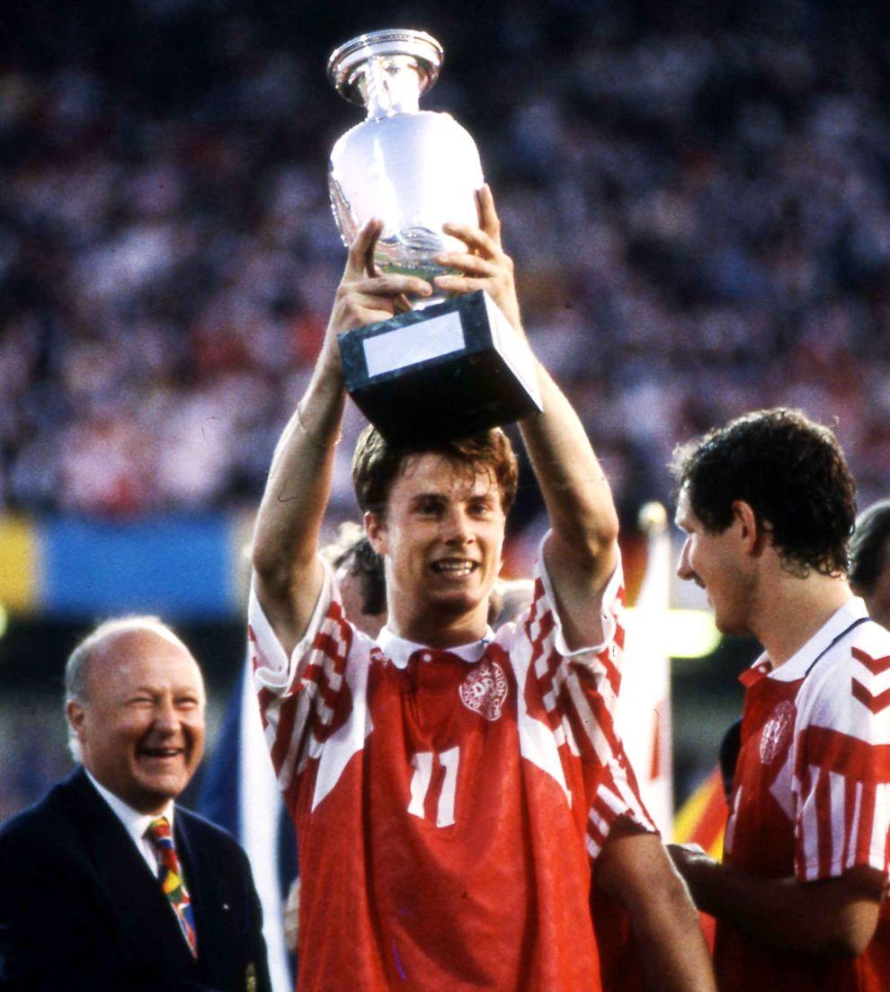 Ο Μπρίαν Λάουντρουπ με το κύπελλο του Euro, αμέσως μετά τον τελικό με τη Γερμανία (26/6/1992).