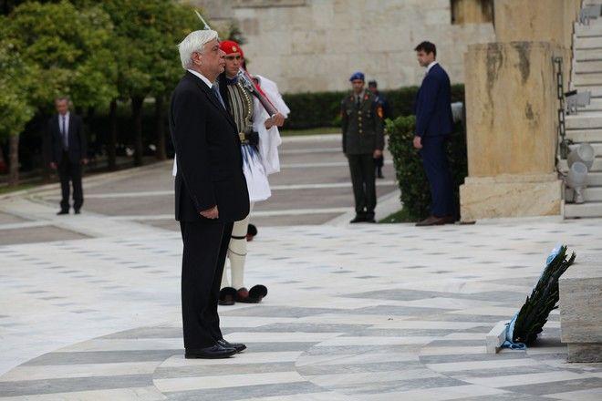 Ο Πρόεδρος της Δημοκρατίας Προκόπης Παυλόπουλος καταθέτει στεφάνι στο Μνημείο του Αγνώστου Στρατιώτη πριν από την στρατιωτική παρέλαση για την εθνική επέτειο στην Αθήνα την Παρασκευή 25 Μαρτίου 2016.  (EUROKINISSI/ΓΙΑΝΝΗΣ ΠΑΝΑΓΟΠΟΥΛΟΣ)
