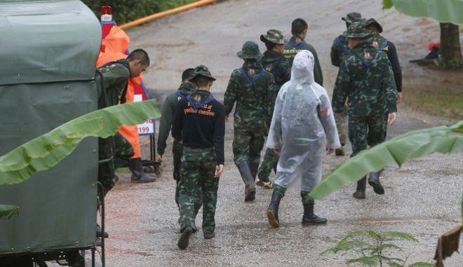 Διασώστες στην είσοδο του πλημμυρισμένου σπηλαίου στην Ταϊλάνδη