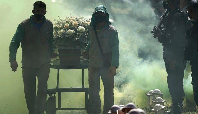 Κηδεία ανθρώπου που έχασε τη ζωή του από κορονοϊό στη Βραζιλία
