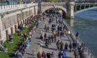 Κόσμος περπατά στο Παρίσι