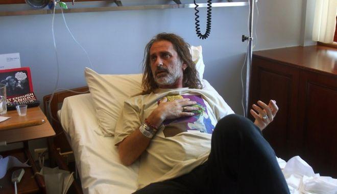 Στιγμιότυπο από την επίσκεψη του Προέδρου του ΣΥΡΙΖΑ Αλέξη Τσίπρα στον φωτορεπόρτερ και  Πρόεδρο της Ε.Φ.Ε Μάριο Λώλο,στο νοσοκομείο,όπου νοσηλεύτεται μετά τον σοβαρό τραυματισμό του από άνδρα των ΜΑΤ κατά την διάρκεια συγκέντρωσης στο Σύνταγμα την Πέμπτη στις 5 Απριλίου 2012,Μ.Δευτέρα 9 Απριλίου 2012 (EUROKINISSI/POOL Ε.Φ.Ε/ ΑΛΕΞΑΝΔΡΟΣ ΒΛΑΧΟΣ)