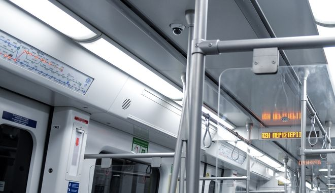 Συρμός του μετρό και κάμερα στο βαγόνι