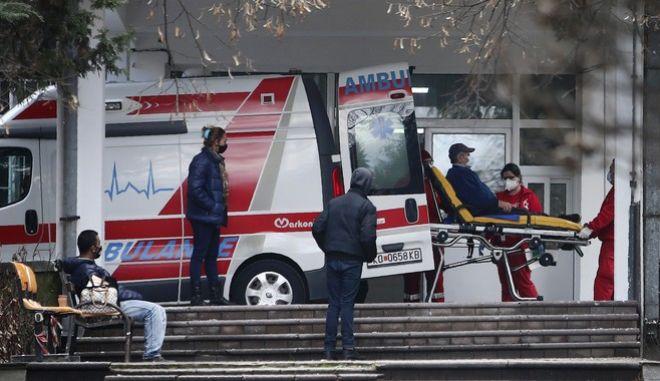 Ασθενοφόρο έξω από νοσοκομείο στα Σκόπια