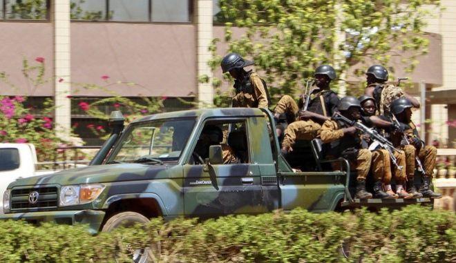 Στρατεύματα στη Μπουρκίνα Φάσο