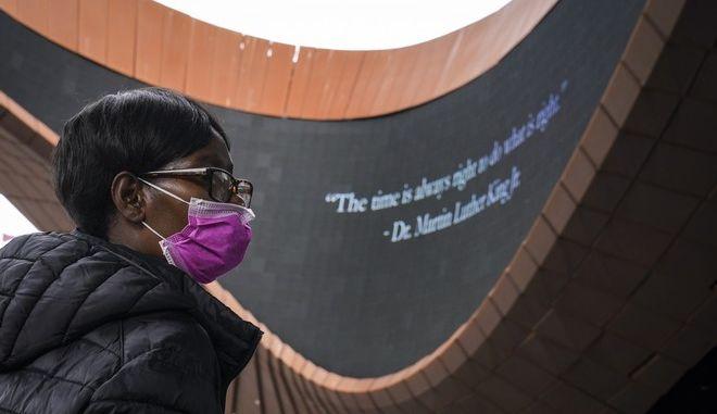 Γυναίκα με μάσκα στις ΗΠΑ