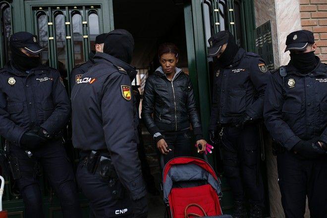 Στιγμιότυπο απο έξωση στη Μαδρίτη, Ισπανίας. Γυναίκα με το μωρό της διώχνονται από το σπίτι που μένανε