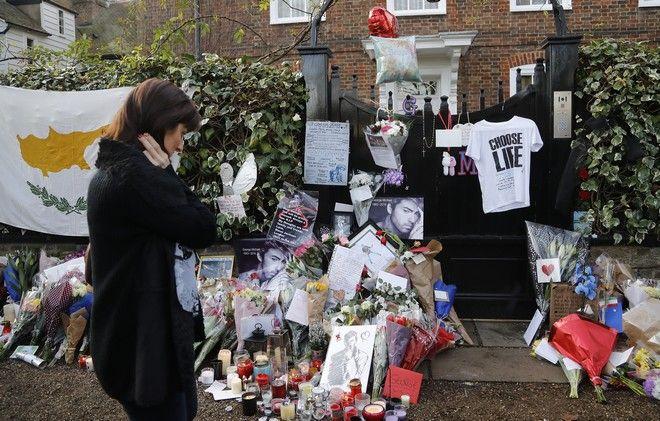 Πλήθος κόσμου θρηνεί το θάνατο του μουσικού George Michael έξω από το σπίτι του στο Λονδίνο, 27 Δεκεμβρίου 2016