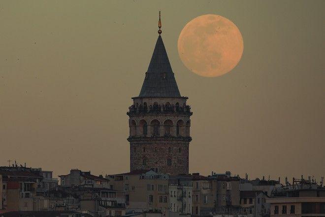 Η ροζ πανσέληνος στην Κωνσταντινούπολη