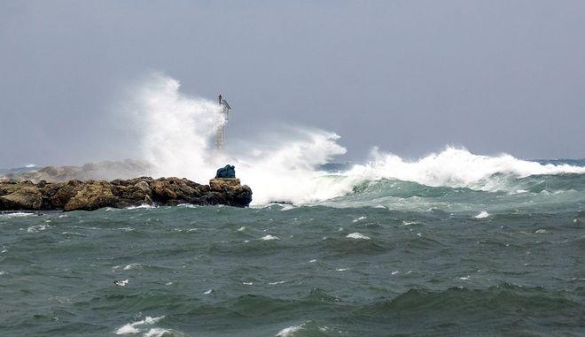 Θυελλώδεις άνεμοι στη θάλασσα στο λιμάνι της Ρόδου (ΦΩΤΟ Αρχείου)