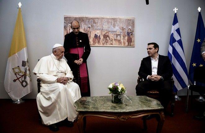 Άφιξη του Πάπα Φραγκίσκου στο αεροδρόμιο της Μυτιλήνης και υποδοχή από τον πρωθυπουργό Αλέξη Τσίπρα,τον Οικουμενικό Πατριάρχη Βαρθολομαίο και τον Αρχιεπίσκοπο Αθηνών και πάσης Ελλάδος Ιερώνυμο,Σάββατο 16 Απριλίου 2016 (EUROKINISSI/ΓΡ.ΤΥΠΟΥ ΠΡΩΘΥΠΟΥΡΓΟΥ ANDREA BONETTI)