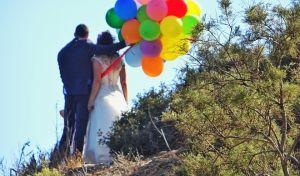 Γαμπρός και νύφη φωτογραφίζονται κρατώντας μπαλόνια στα χέρια τους στο Καβούρι