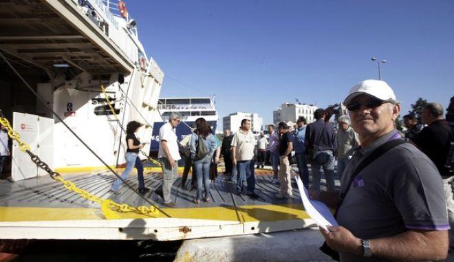 ΠΕΙΡΑΙΑΣ-Ναυτεργάτες μπλοκάρουν τον απόπλου των πλοίων από τον Πειραιά διαμαρτυρόμενοι για τις οφειλές δεδουλευμένων τους τελευταίους 6-7 μήνες.(EUROKIISSI-ΓΕΩΡΓΙΑ ΠΑΝΑΓΟΠΟΥΛΟΥ)
