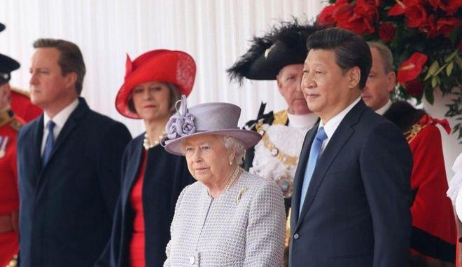 Η βασίλισσα Ελισάβετ 'στολίζει' on camera τους Κινέζους