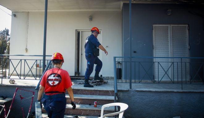 Αναζήτηση αγνοουμένων πόρτα-πόρτα από τους διασώστες στο Μάτι Αττικής