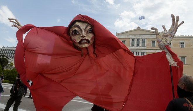 Καρέ από συγκέντρωση διαμαρτυρίας καλλιτεχνών και εργαζομένων στον χώρο του πολιτισμού έξω από την Βουλή