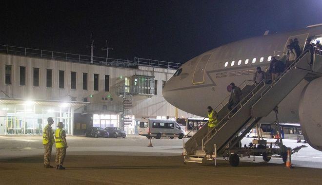 Η πρώτη πτήση που μετέφερε από το Αφγανιστάν, προσωπικό της Βρετανικής Πρεσβείας και Βρετανούς υπηκόους, στην Αγγλία.