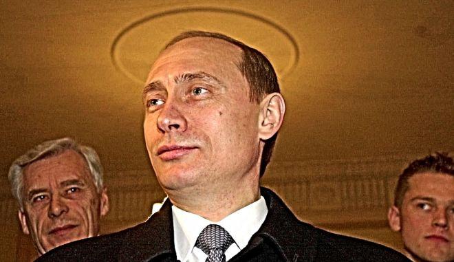 Ο Βλάντιμιρ Πούτιν ανήκε στην KGB για 17 χρόνια. Δεν είχε κάποιο κορυφαίο πόστο. Είχε βαρετές δουλειές. Ώσπου η υπηρεσία διαλύθηκε κι εκείνος έπρεπε να βρει τι μπορεί να κάνει σε μια χώρα που του ήταν πια, αγνώριστη. Ξεκίνησε με τη θέση του πρωθυπουργού.