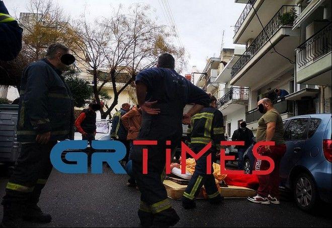Θεσσαλονίκη: Διάσωση γυναίκας που κρεμόταν από μπαλκόνι