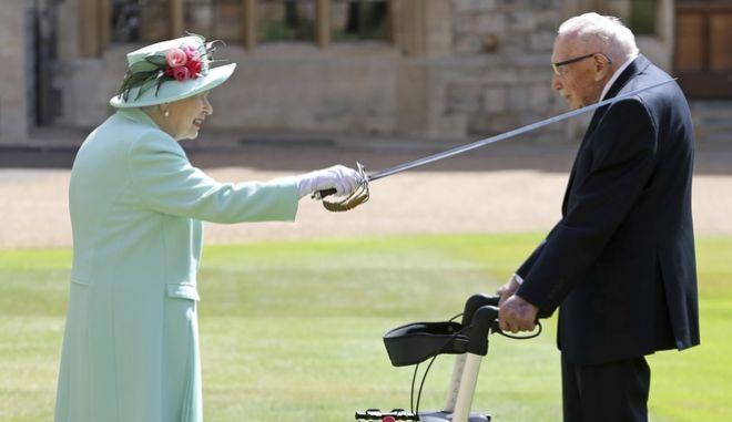 """Η βασίλισσα Ελισάβετ έχρισε ιππότη τον βετεράνο """"Κάπτεν Τομ"""""""