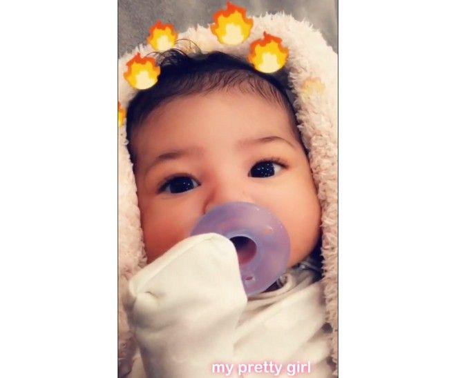 Kylie Jenner: Έδειξε το πρόσωπο της κόρης της και προκάλεσε χαμό στα social media
