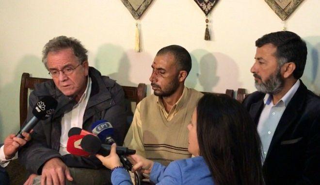 Τον μετανάστη που ξυλοφόρτωσαν στον Ασπρόπυργο επισκέφτηκε ο Μουζάλας