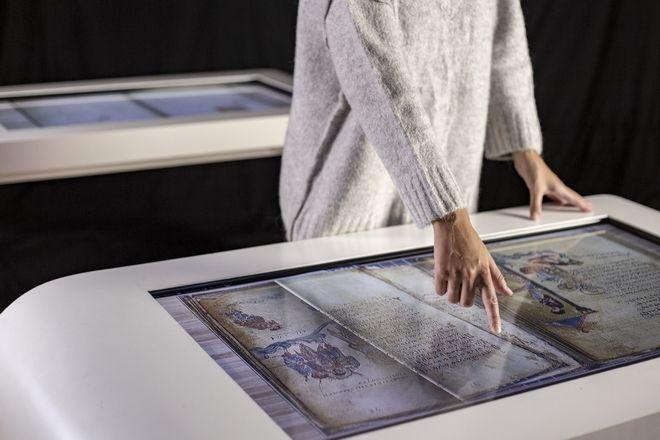 Πέρασμα στο Φως: Διαδραστική έκθεση στο Μέγαρο Μουσικής με ολογράμματα χιλιάδων κειμηλίων
