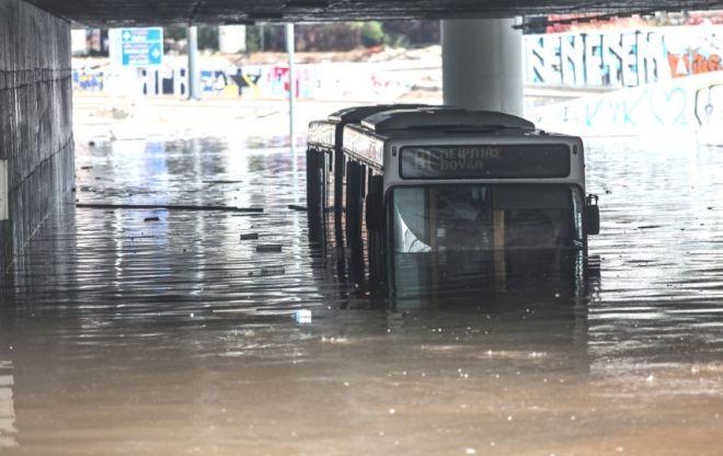 Κακοκαιρία Μπάλλος: Σχολές λίμνες, δρόμοι ποτάμια, σκηνές χάους, αλλά έχουμε το... 112