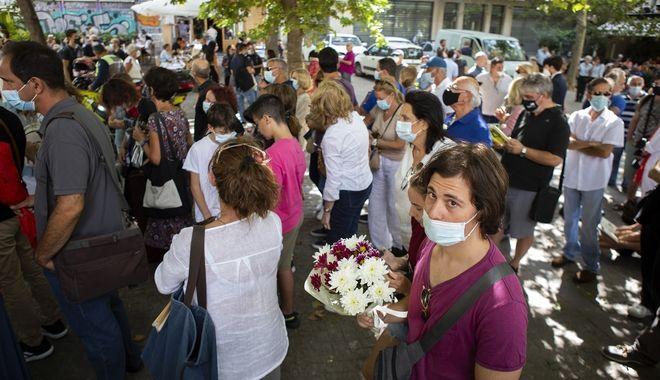 Κόσμος στη Μητρόπολη Αθηνών για να αποχαιρετίσει τον Μίκη Θεοδωράκη