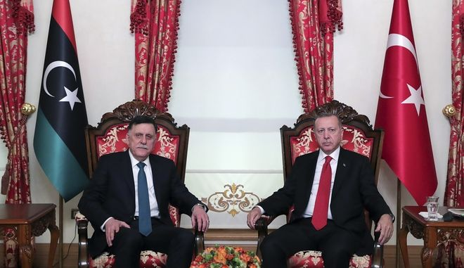 Ο Τούρκος πρόεδρος Ρετζέπ Ταγίπ Ερντογάν μαζί με τον επικεφαλής της λιβυκής κυβέρνησης Φάγεζ αλ-Σάρατζ