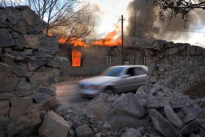 Ένα φλεγόμενο σπίτι σε μια περιοχή που κάποτε κατέλαβαν οι αρμενικές δυνάμεις, αλλά σύντομα θα παραδοθεί στο Αζερμπαϊτζάν, Παρασκευή 13 Νοεμβρίου 2020.