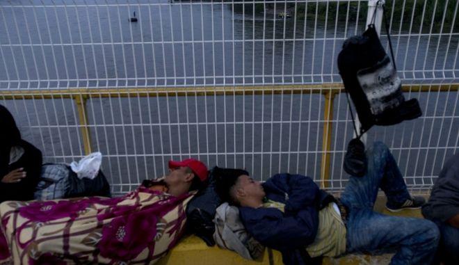 Καραβάνι μεταναστών πάνω στη γέφυρα