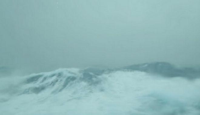 Βίντεο: Κρουαζιερόπλοιο με 4.000 επιβάτες στο έλεος του 'κυκλώνα - βόμβα'