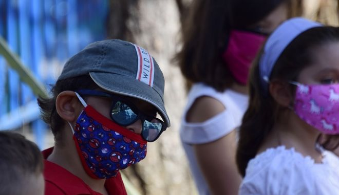 """Μάσκες και στα διαλείμματα για τους μαθητές στις """"πορτοκαλί"""" και """"κόκκινες"""" περιοχές"""