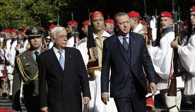 Ο Πρόεδρος της Δημοκρατίας Προκόπης Παυλόπουλος(δ) συνομιλεί με τον Πρόεδρο της Τουρκίας Ρετζέπ Ταγίπ Ερντογάν(α) κατα την συνάντηση τους στο Προεδρικό Μέγαρο, την Πέμπτη 7 Δεκεμβρίου 2017. (EUROKINISSI/ ΓΙΑΝΝΗΣ ΠΑΝΑΓΟΠΟΥΛΟΣ)